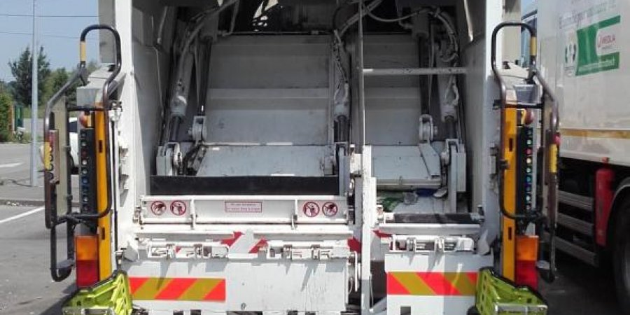 f1d6e9717ca Le camion qui ramasse les déchets de la Vallée de l Ubaye est tombé en  panne. C est le boîte de vitesses qu il faut changer. Prix   environ 8000 €.