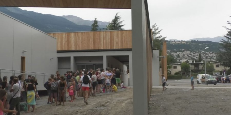 Embrun beaucoup de monde impatients l 39 ouverture du for Piscine embrun
