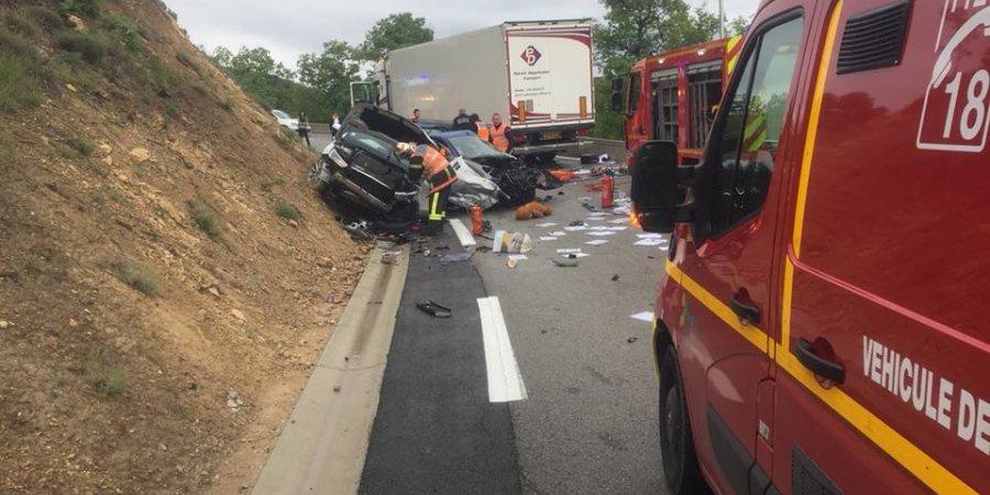 Trois voitures et un camion impliqués dans un grave accident